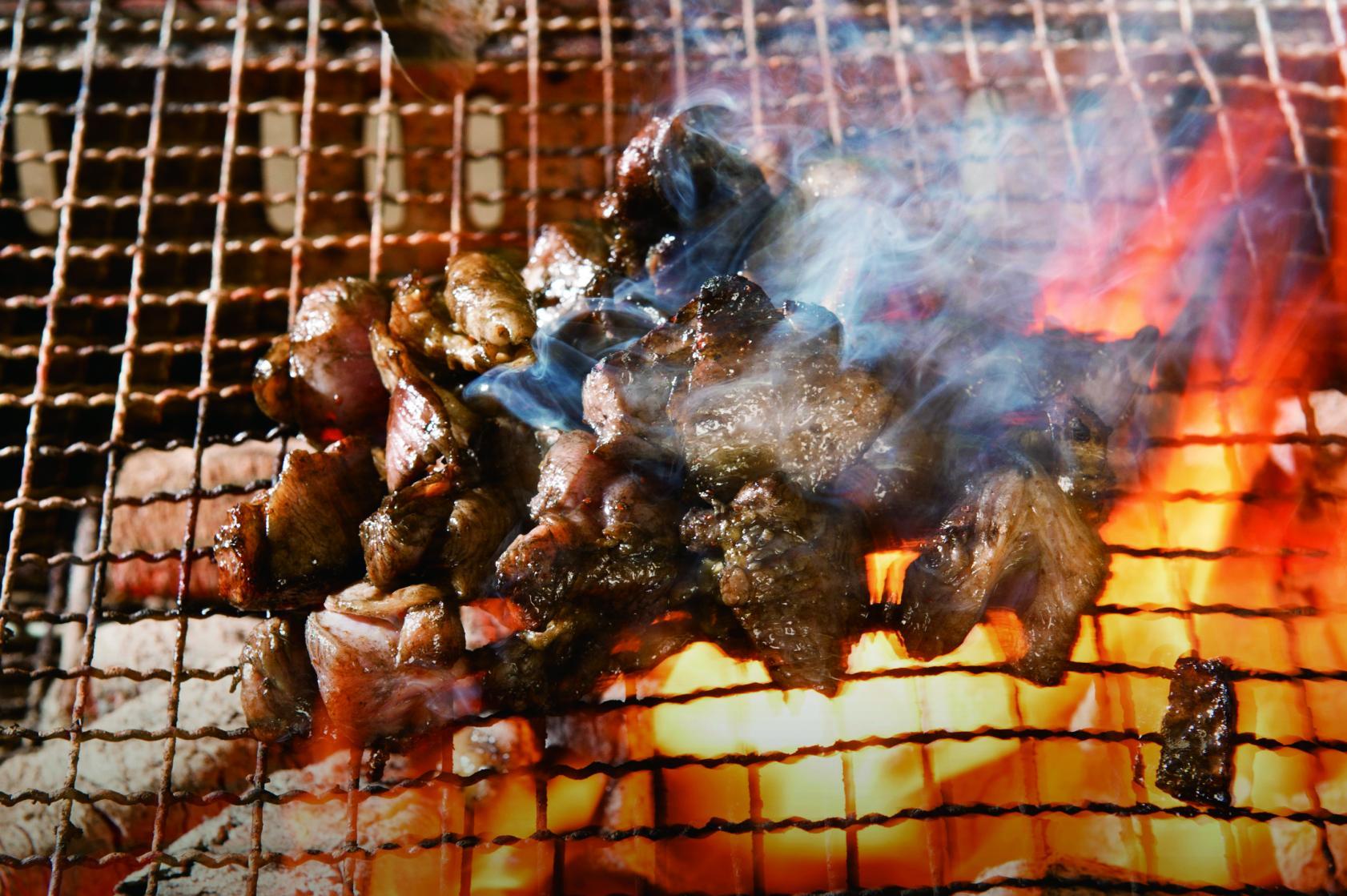 食欲そそる 地鶏の炭火焼き